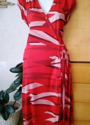 Красивое платье-халат идеально садится по фигуре, глубокий кра...