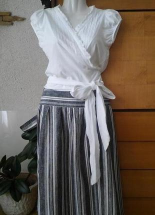 Белая трикотажная блузка с длинным поясом