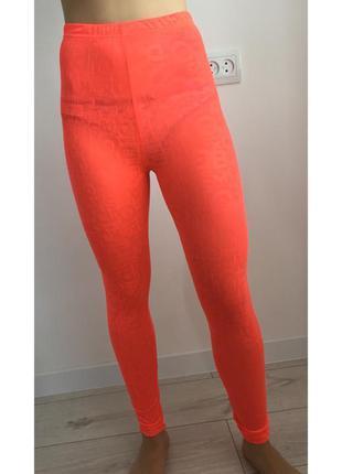 Лосины, яскравого оранжевого кольору, тренд 2020 року.