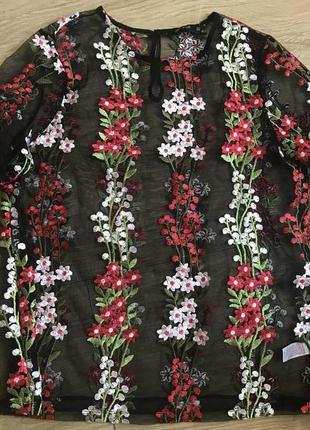 Красивая блуза с цветочной вышивкой