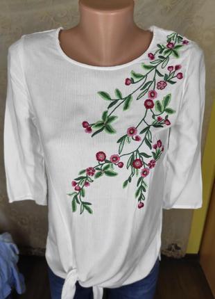 Красивая белая блуза с вышивкой
