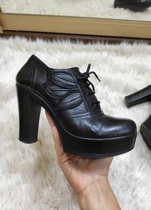 Черные кожаные туфли  на высоком устойчивом  каблуке ботильоны...