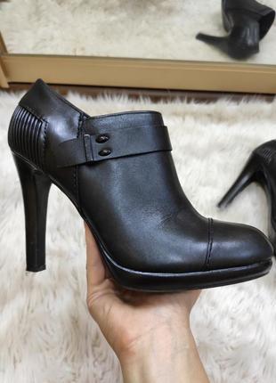 Кожаные черные закрытые туфли  ботильоны на высоком каблуке