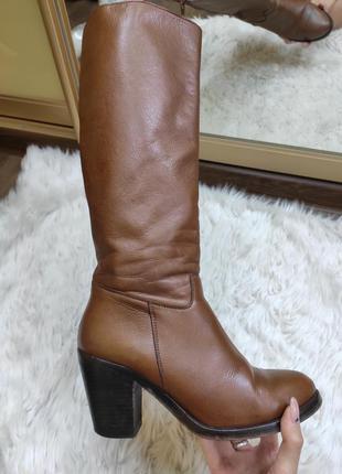Высокие кожаные сапоги демисезон на среднем устойчивом каблуке...