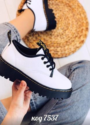 Белые туфли на платформе,туфли dr.mаrtens на тракторной подошв...