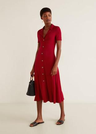 Красное платье халат на пуговицах длины миди от mango