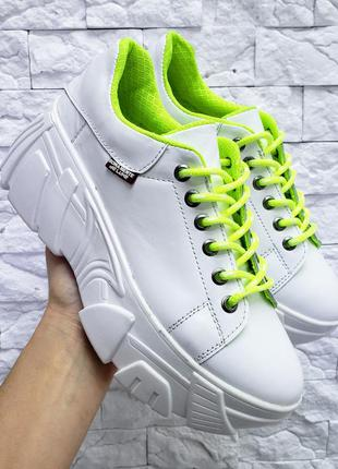 Кожаные кроссовки на массивной подошве с цветными шнурками нат...