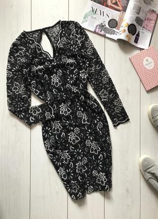 Черно-белое платье с вырезом