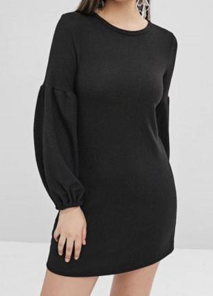 Трендове чорне плаття з обємними рукавами.