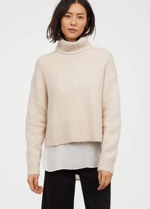 Укороченный вязаный бежевый свитер  с горлом  воротником овеср...