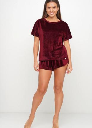 Велюровая мягкая пижам двойка : футболка и шорты.  44- 46 раз