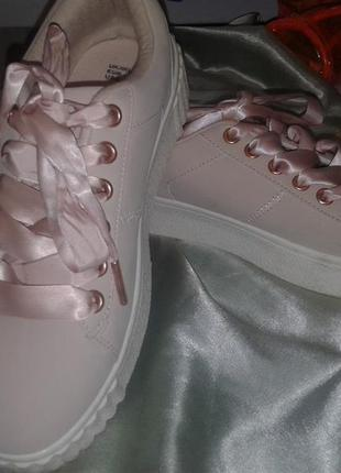 Стильные кроссовки primark