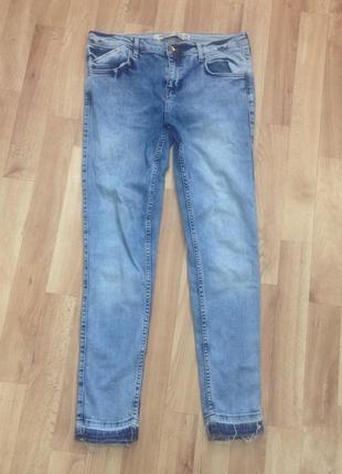 Голубые джинсы с необработанным краем