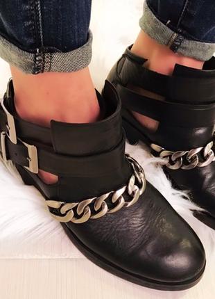 Zara кожаные ботинки челси с цепью