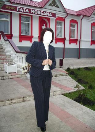 Классический брючный костюм черный в полоску + галстук