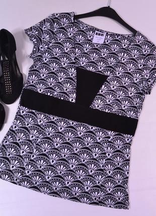 Черно-белая футболка с узором next