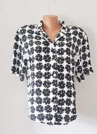 Черно-белая блуза с цветочным принтом