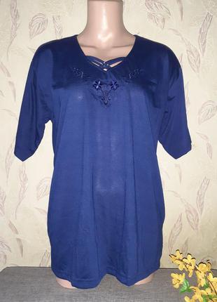 Темно синяя футболка с вышивкой
