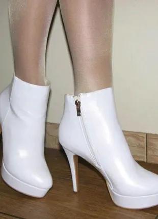 Белые ботильоны полусапожки на высоком каблуке