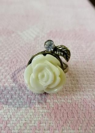 Модное колечко роза белая