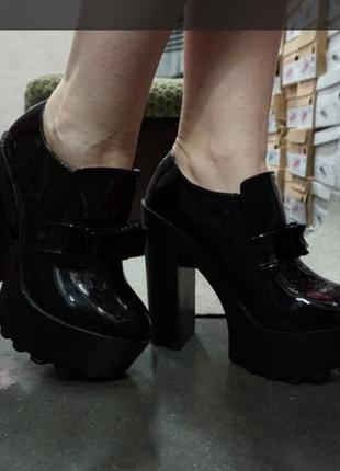 Ботильоны туфли лакированные на тракторной подошве есть размер...