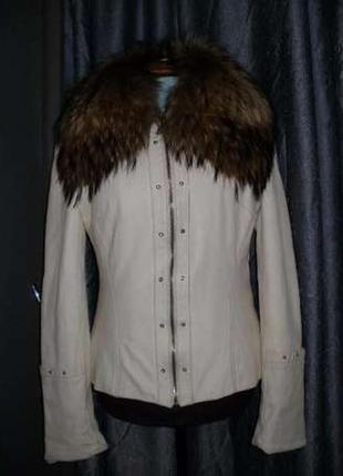 Белая кожаная куртка. огромный пушистый воротник енот. 44