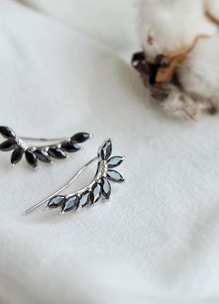 Серебряные серьги-каффы с черными камнями