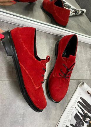 Замшевые красные туфли на низком ходу