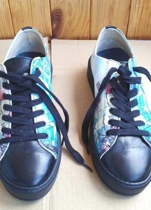 Шикарные полностью кожаные итальянские кроссовки мокасины новы...