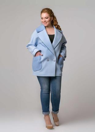 Женское весеннее короткое голубое пальто тренчкот