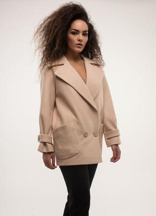 Женское весеннее короткое бежевое пальто тренчкот