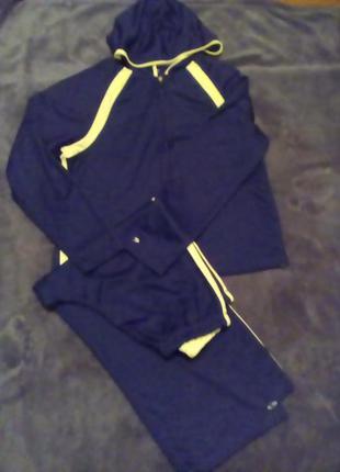 Спортивный костюм с укороченными брюками