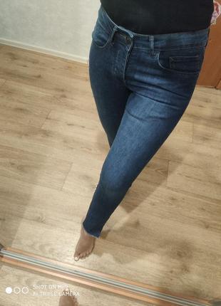 Укороченные джинсы с рваным низом