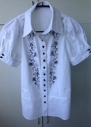 Стильная белая блуза с вышивкой