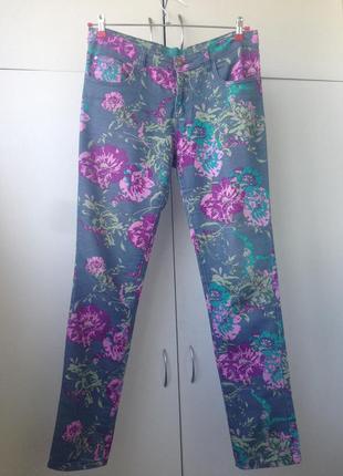 Яркие джинсы в цветах