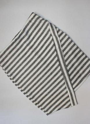 Стильная юбка короткая а-ля с запахом в серо-белую полоску