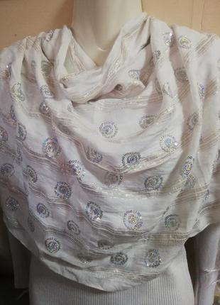 Белоснежный нарядный шарф с вышивкой паетками и люрексовой нитью.