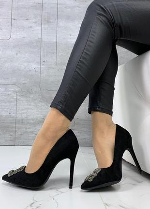 Шикарные черные туфли на шпильке с брошью