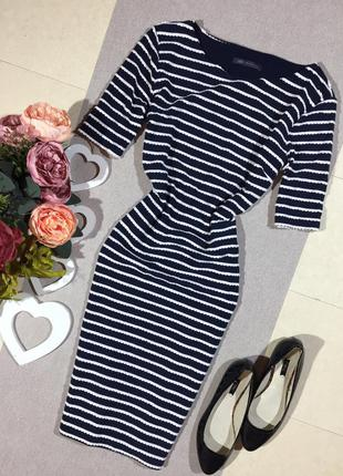 Трендовое  тёмно-синее платье по фигуре в волнистую полоску.