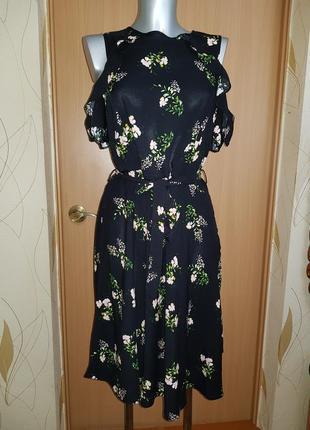 Красивенное платье с открытыми плечами и воланами