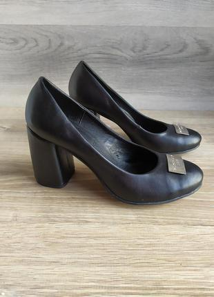 Кожаные туфли на каблуке 39 размера , шкіряні туфлі