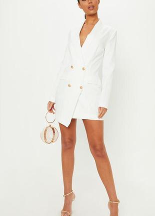 Белое платье блейзер, платье пиджак с золотистыми пуговицами
