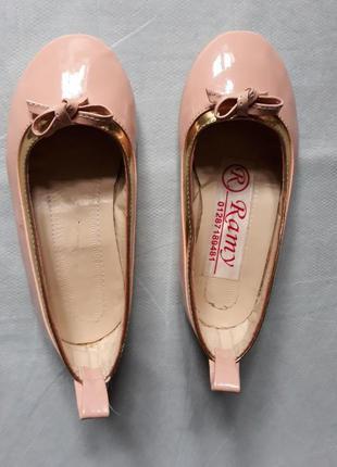 Нарядные бежевые балетки с золотым обрамлением 22 р