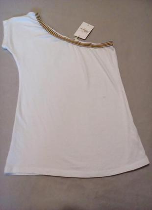 Клёвая футболка на одно плечо