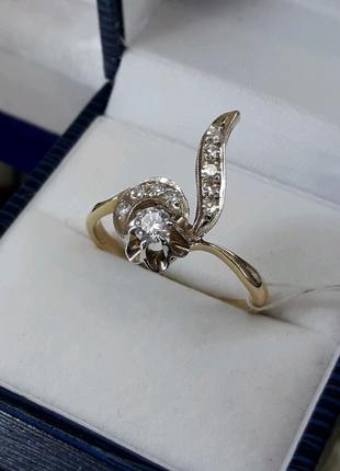 Золотое классическое кольцо с бртллиантами КюЗ