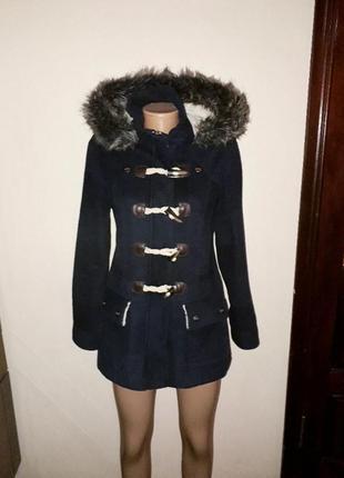 Демисезонное пальто в клетку с меховым воротником