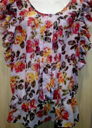 Чудесная, фирменная блузочка в принт цветы с волонами