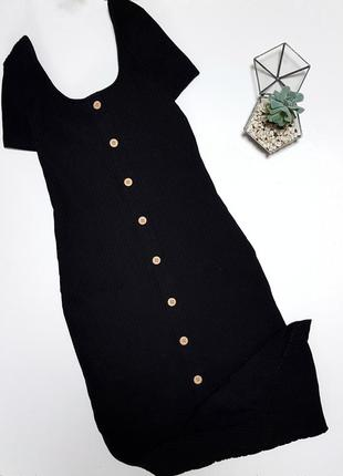 Черное платье в пол с коричневыми пуговицами