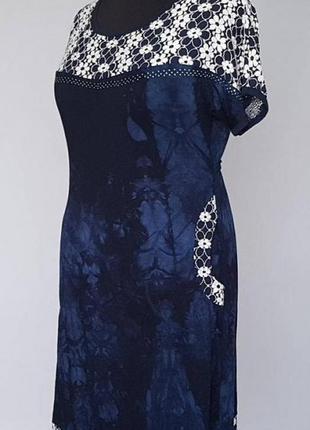 Женское платье с короткими рукавами.