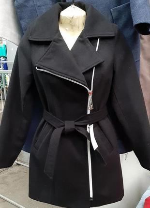 Женское пальто из кашемира на подкладке.